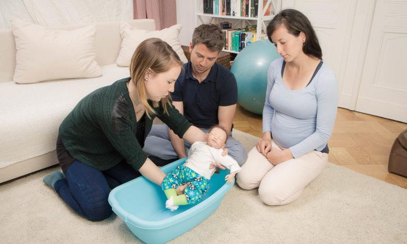Geburtsvorbereitung mit Babypuppe in Badewanne